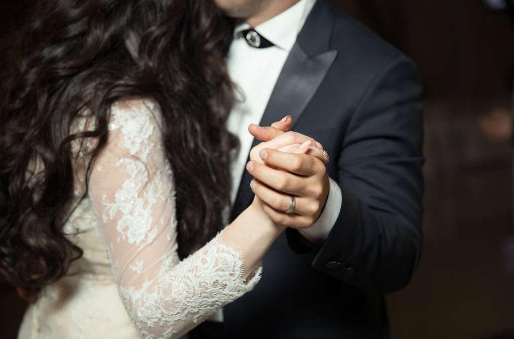 De bedste hår frisurer til bryllup med glattejern